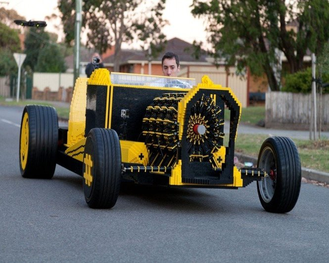 фото Полноразмерный автомобиль из конструктора Lego